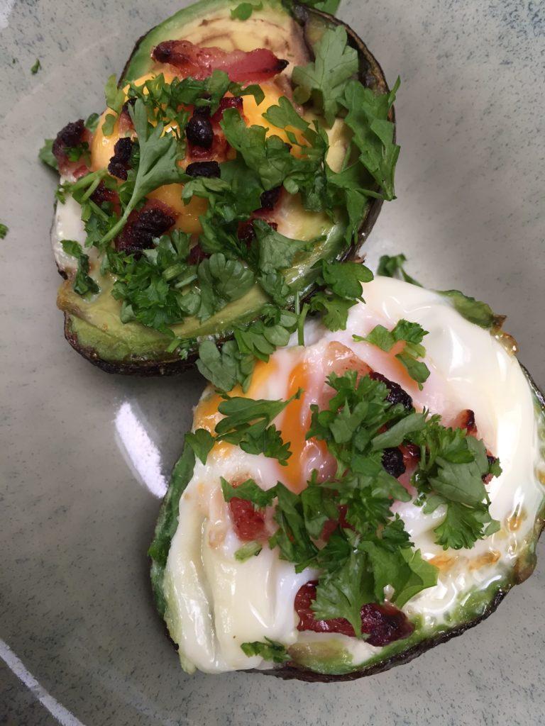 Avocado met ei spekjes uit de oven recept van foodblog Foodinista