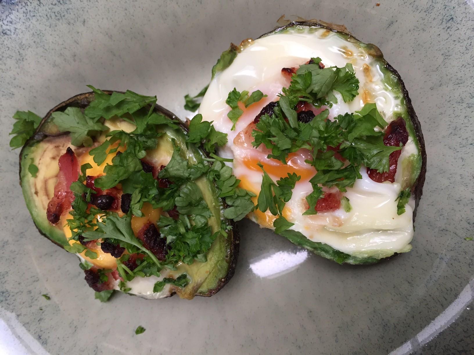 Avocado uit de oven met ei en spekjes recept van foodblog Foodinista