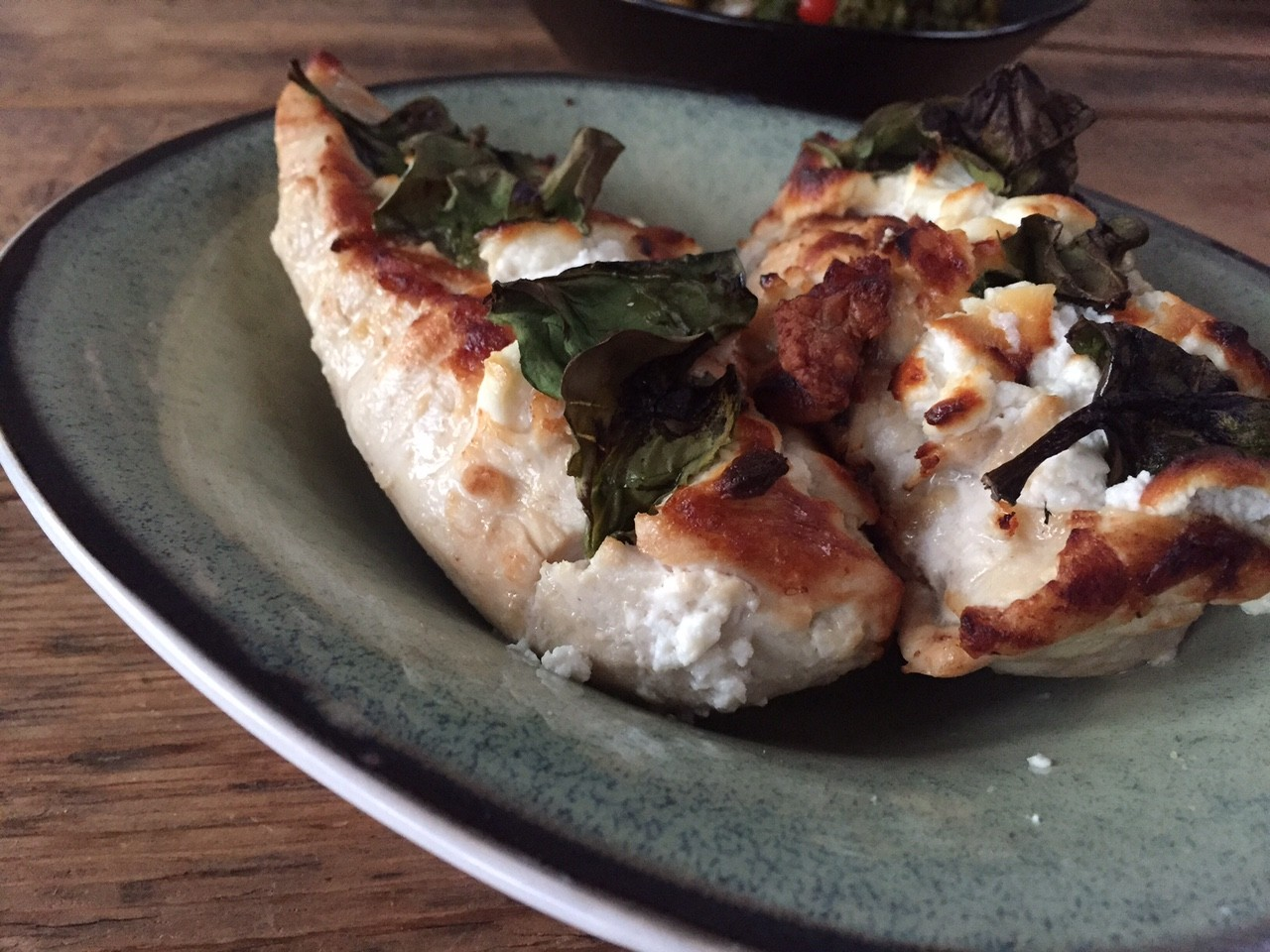 Hasselback kip met geitenkaas en spinazie recept van foodblog Foodinista