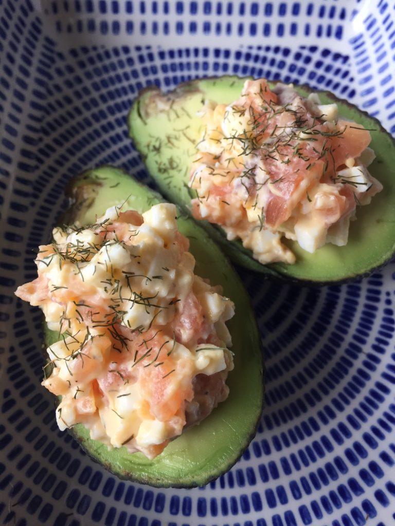 Avocado recept Avocado gevuld met eiersalade met zalm receptblog Foodinista