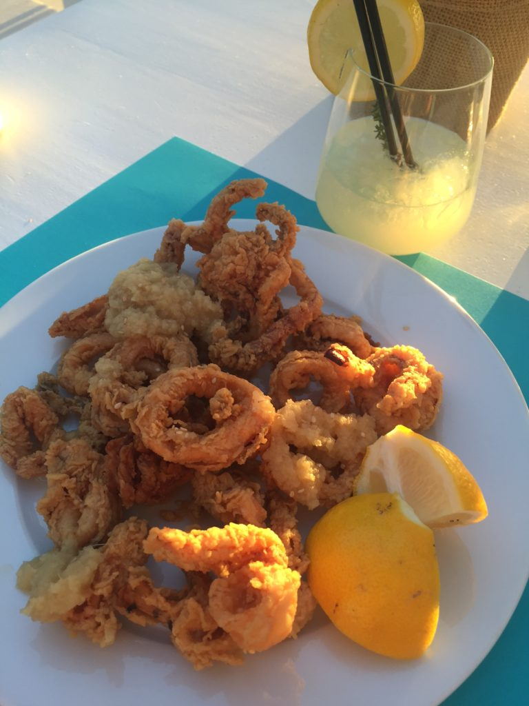 Calamaris op het strand Naxos Cycladen Griekenland Foodblog Foodinista
