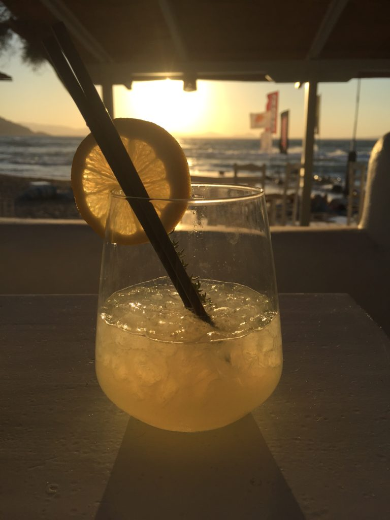 Cocktail op het strand Naxos Cycladen Griekenland Foodblog Foodinista