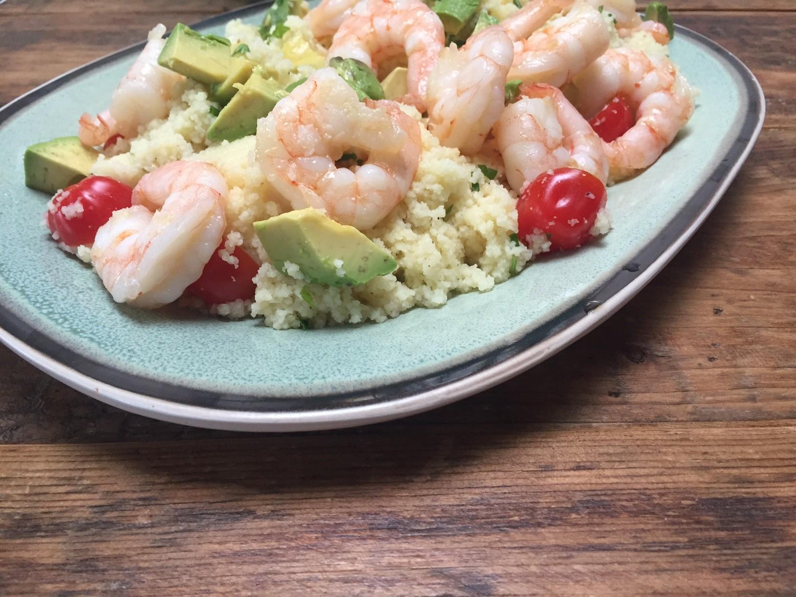 Couscous met knoflookgarnalen en avocado recept van Foodblog Foodinista