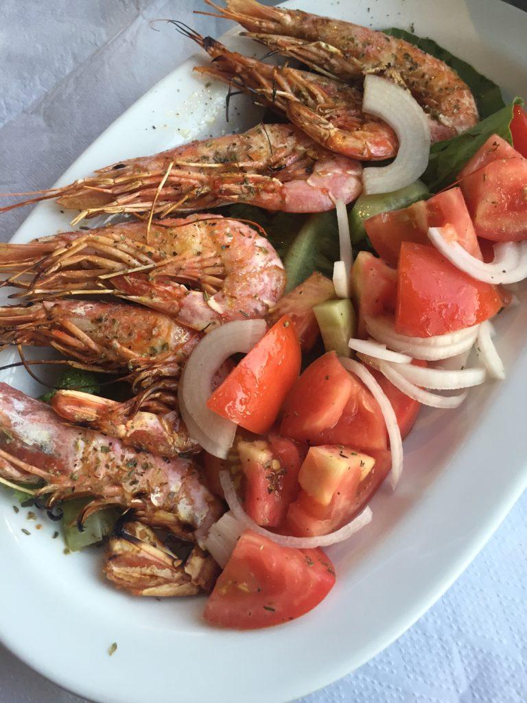 Knoflookgambas met salade restaurant Irinis Naxos Foodblog Foodinista