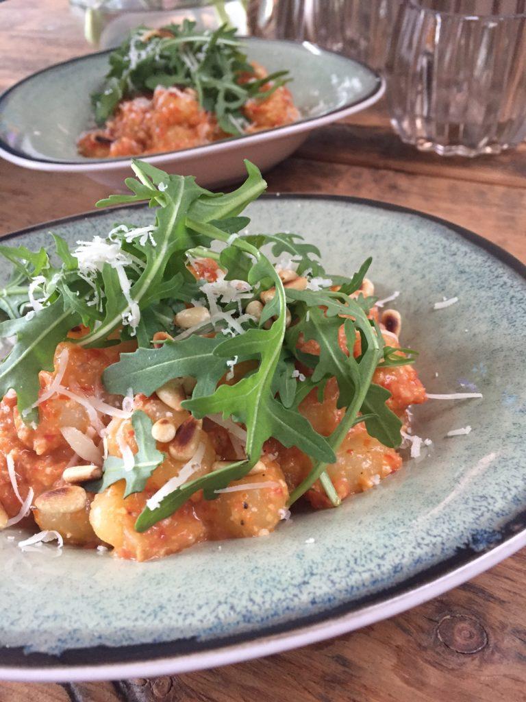 Gnocchi recept met rode pesto en cherry tomaatjes foodblog Foodinista