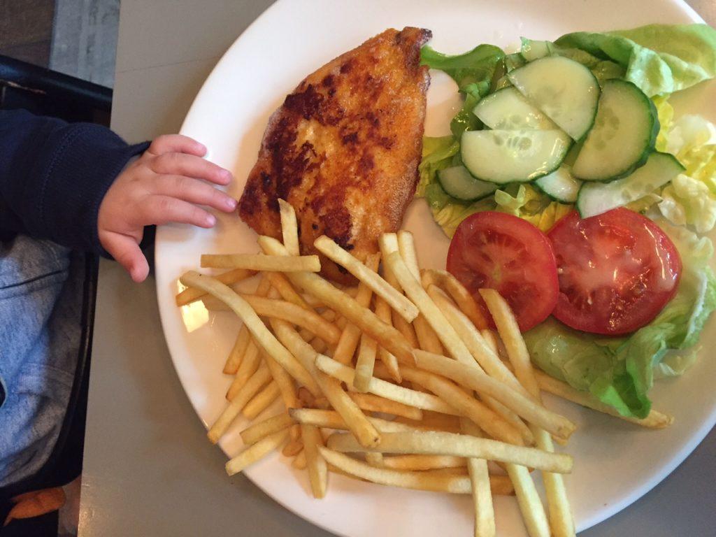 Frietjes met kipschnitzel Lunchen bij Restaurant Joost in Amsterdam foodblog Foodinista