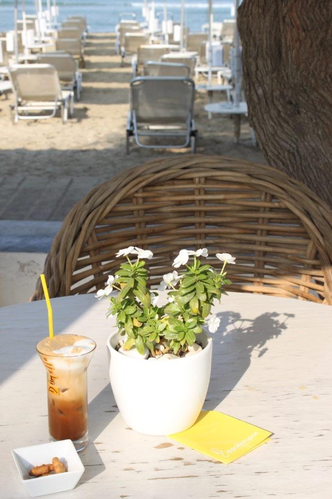 Koffie met koekjes aan het strand Naxos Cycladen Griekenland