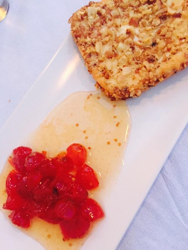 Naxos kaas gebakken in noten met in honing gemarineerde tomaatjes Restaurant Apostolis Naxos Cycladen Foodblog Foodinista