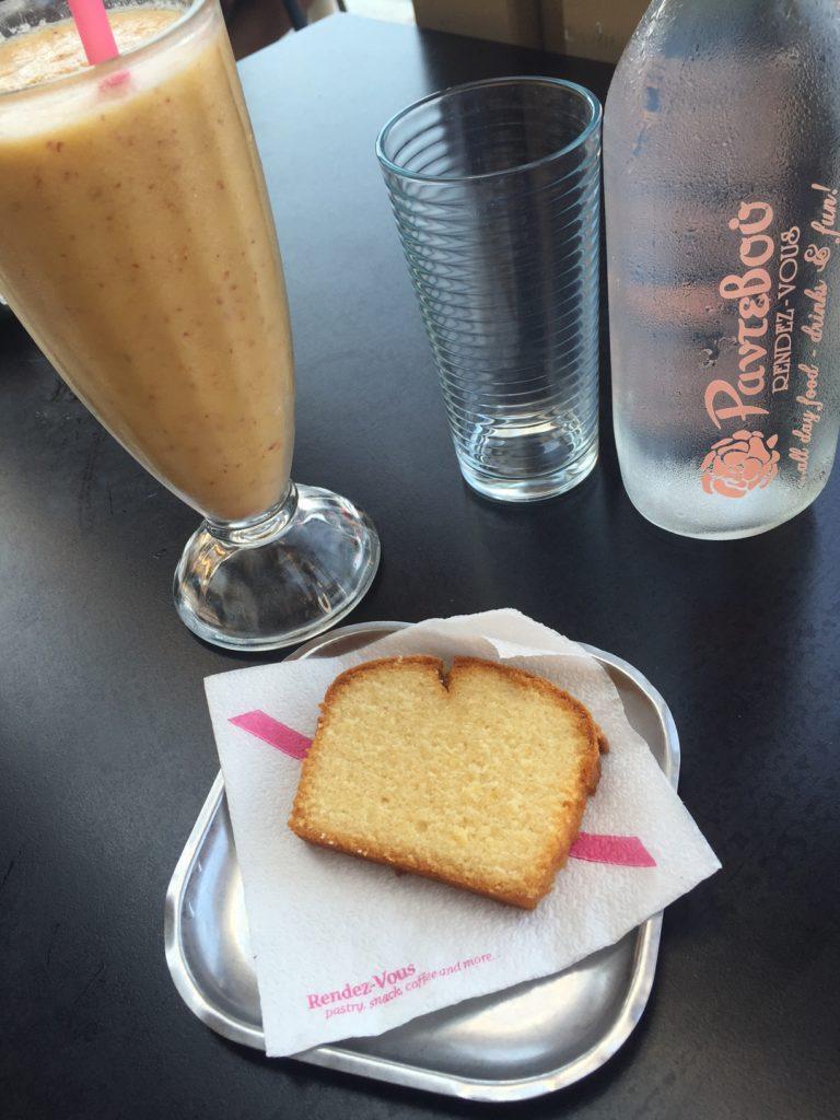 Verse perziksap met cake bij Rendez Vous Cafe Naxos Chora Boulevard Cycladen Griekenland Foodblog Foodinista