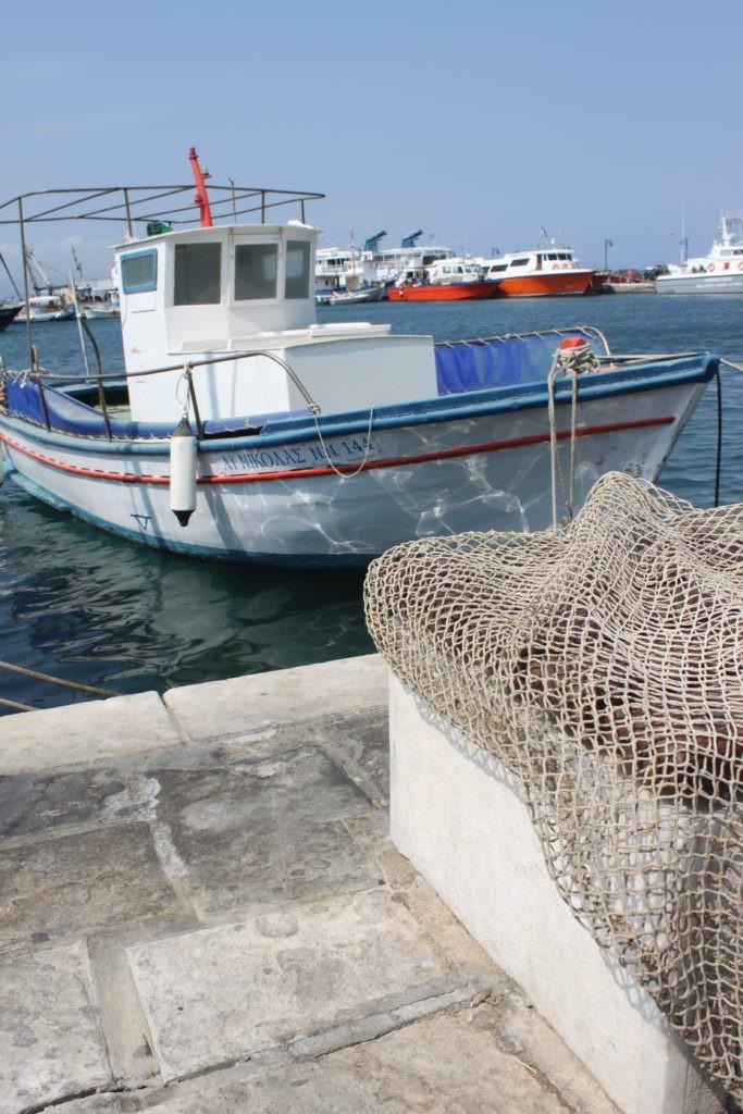 Vissersboten in de haven van Naxos Cycladen Griekenland