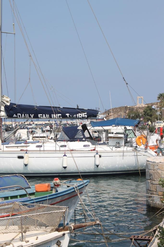 Zeilboten in de haven van Naxos Cycladen Griekenland
