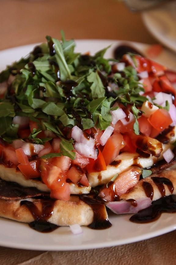 Pitabrood met bresaola, mastello, tomaat en balsamico azijn Chios Griekenland Foodblog Foodinista