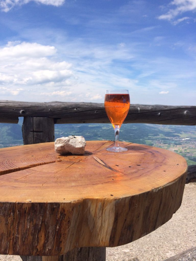 Aperol Spritz drinken in de bergen Salzburg tips Foodie in Salzburg Foodblog Foodinista