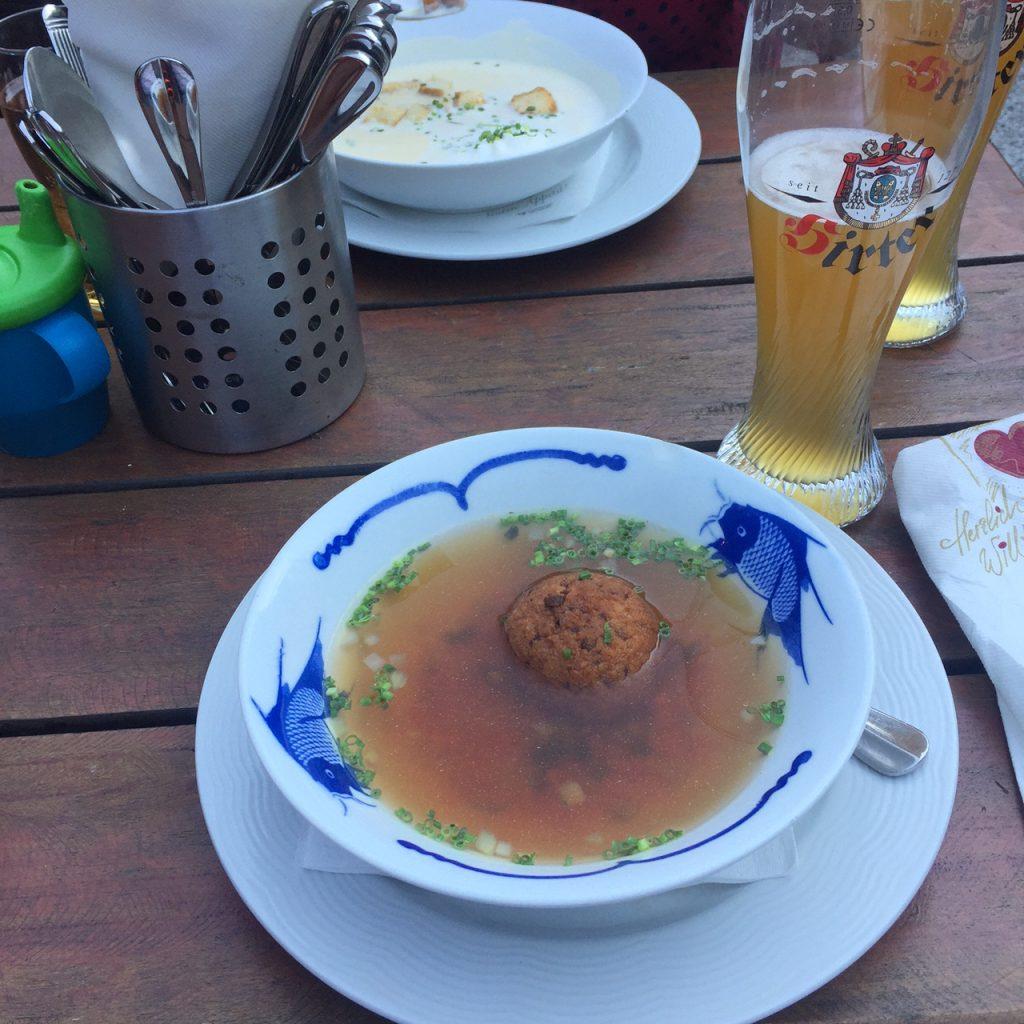 Soep met Knoedel en knoflooksoep Foodie in Salburg Foodblog Foodinista reistips in Oostenrijk