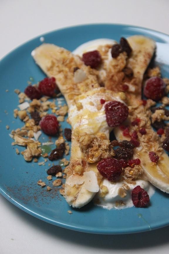 Ontbijt banana split recept met Griekse yoghurt en granola foodblog Foodinista