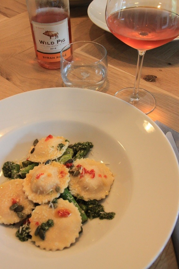 Huiskamerdineren in Breda met AirDnd Zoete aardappel ravioli met groene asperges foodblog Foodinista