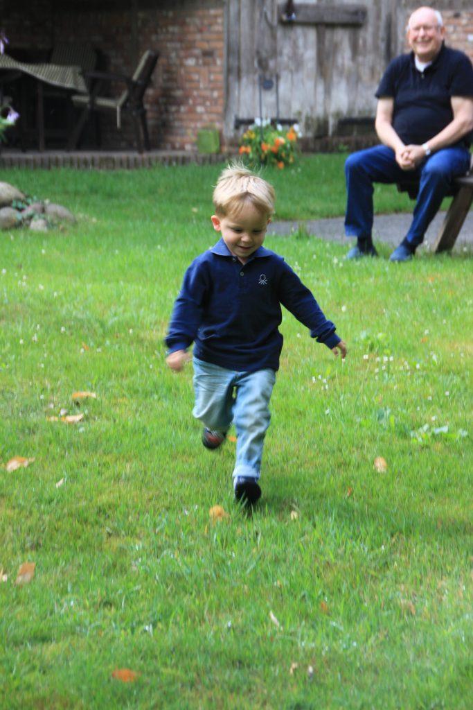 Spelen in de tuin Bij Landhuis de Spreng in Ootmarsum Twente reistip Foodinista