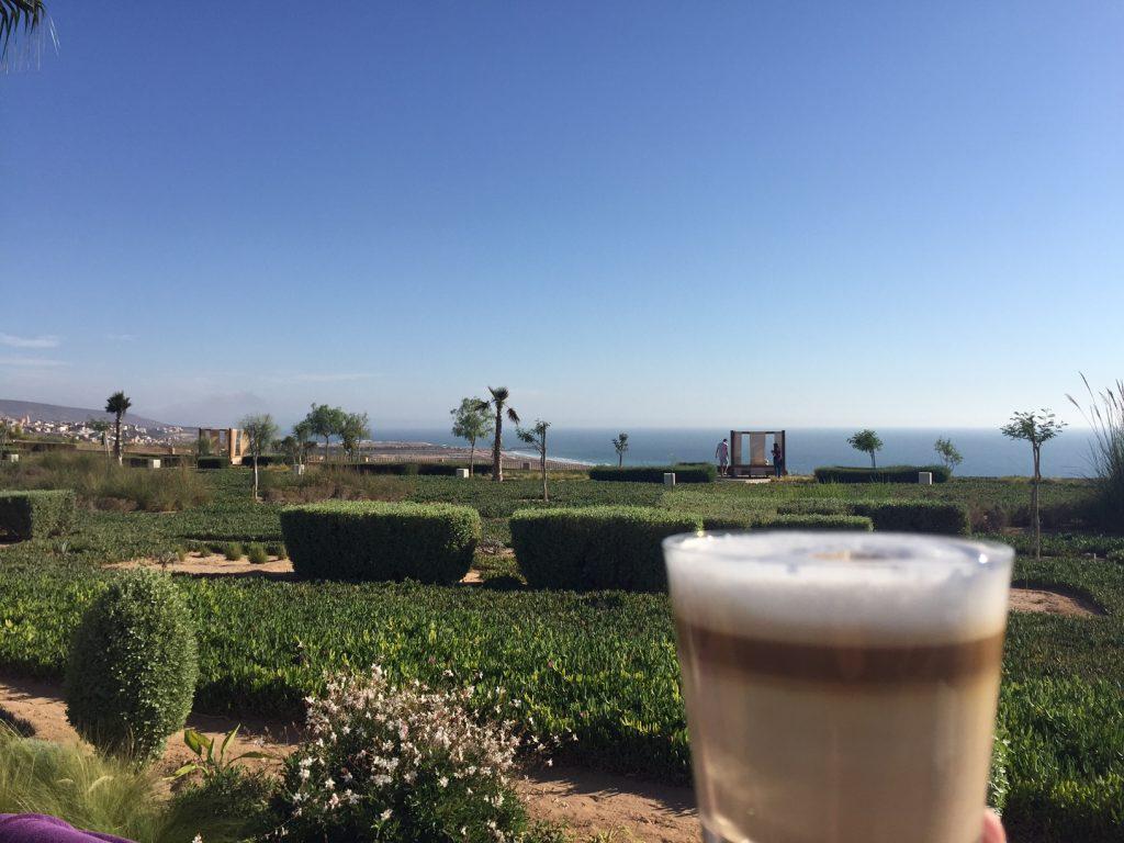 Koffie in de tuin Relaxen in Thagazout Bay met prachtig uitzicht Foodblog Foodinista