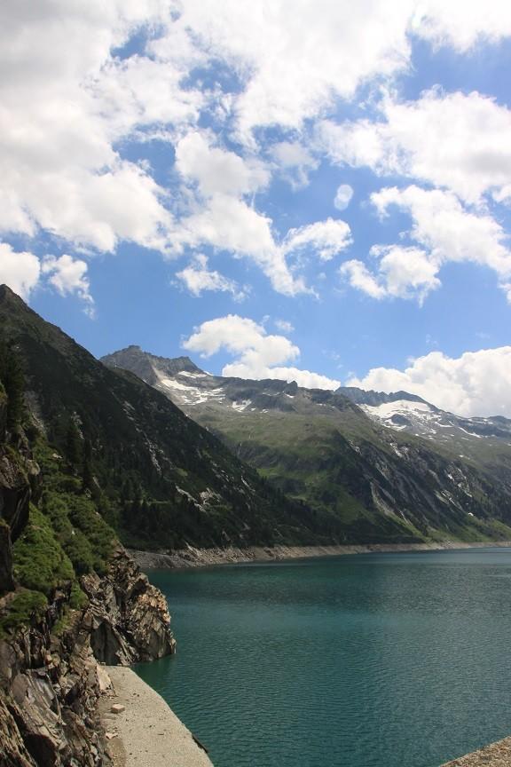 Uitzicht op de dam en bergen Tirol Oostenrijk Foodinista