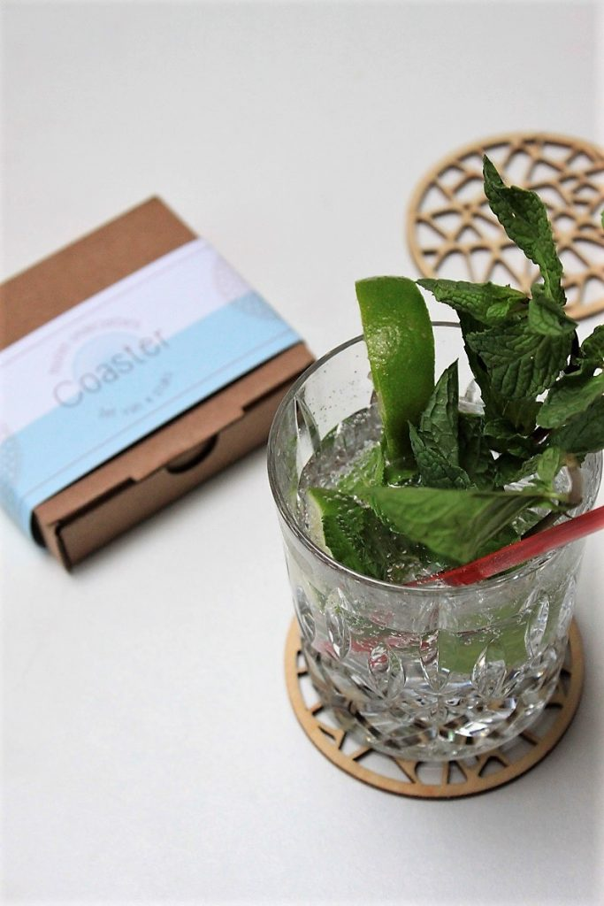 Alcohol vrije Hugo geserveerd op houten onderzetters van Creative Use of Technology