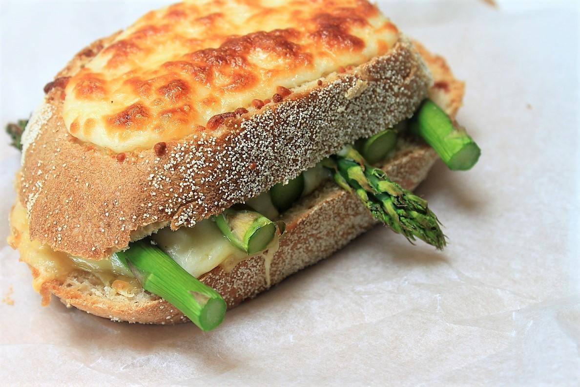 Tosti met asperges, kaas en bechamel recept van Foodblog Foodinista