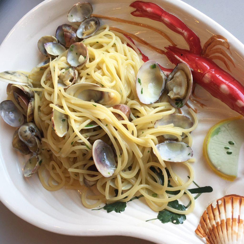 Pasta Vongole eten bij restaurant van Camping Porto Felice