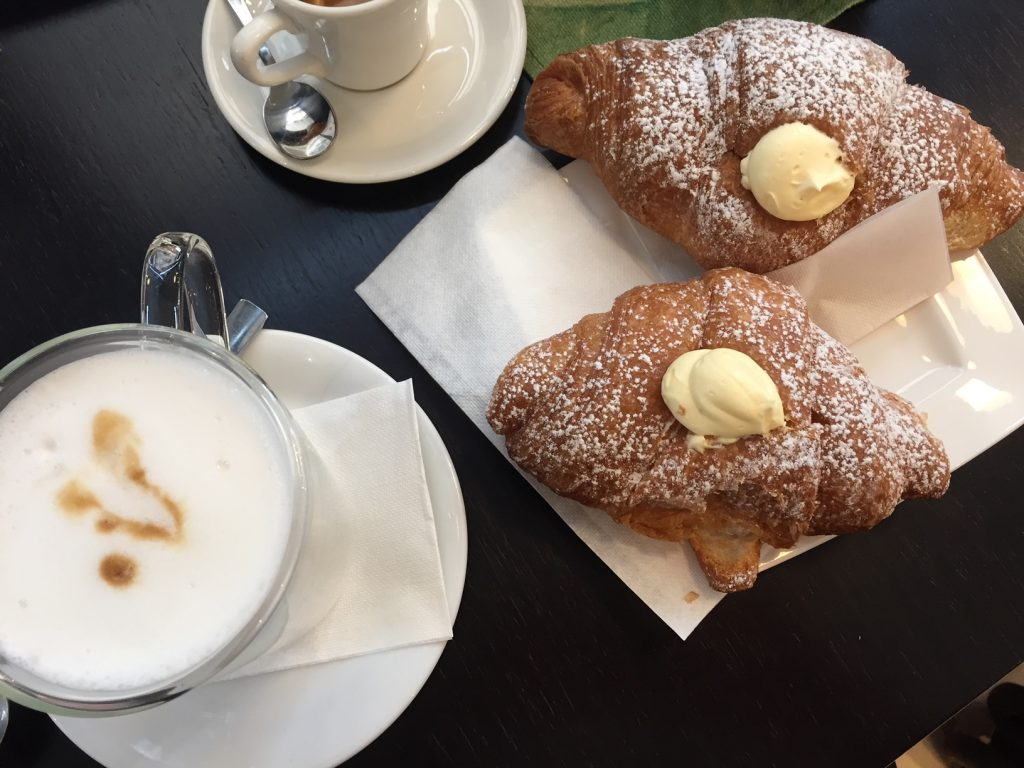 Koffie met gevulde Italiaanse croissants in Treviso Foodblog Foodinista