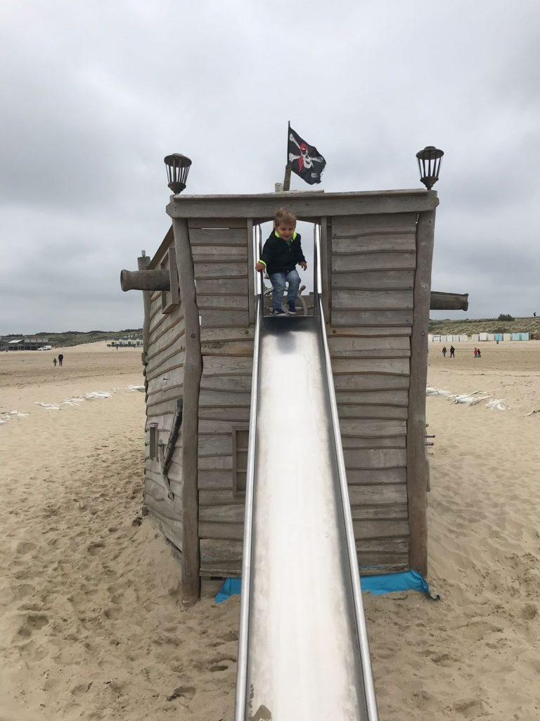 Glijbaan bij Piratenschip bij Beachclub Lekker in Zeeland tips Foodblog Foodinista
