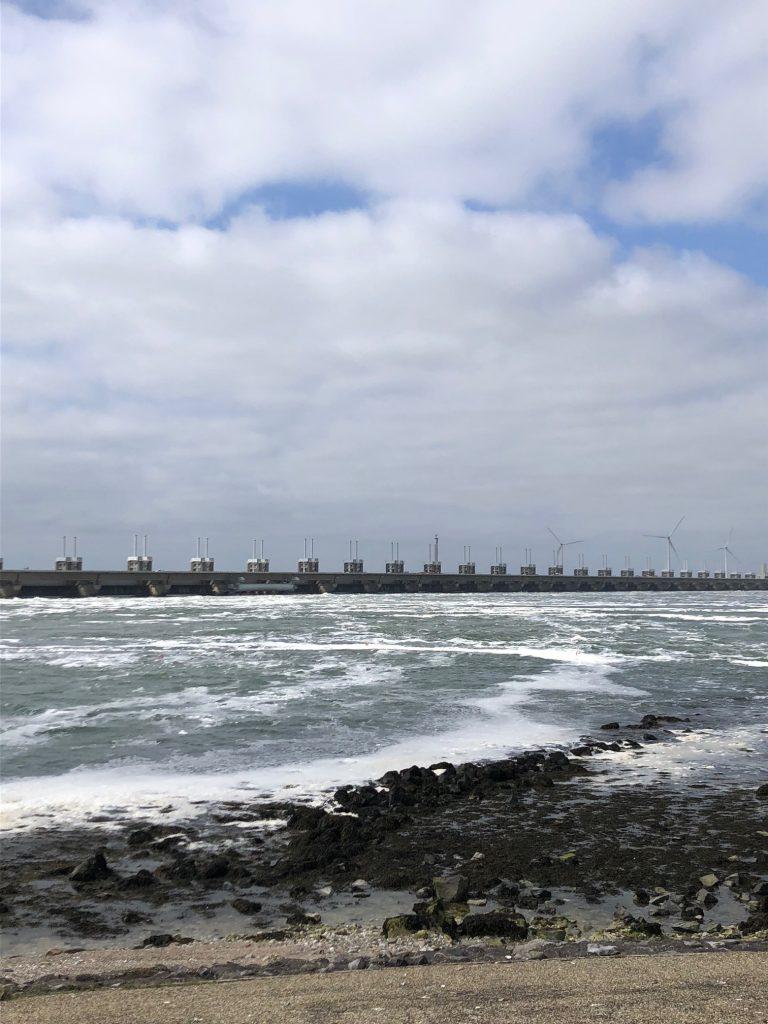 Uitzicht op Oosterscheldekering bij Seafood Seafarm Proeverij Restaurant tips Foodblog Foodinista in Zeeland