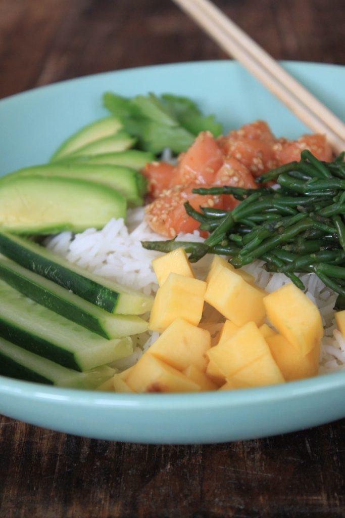 Pokebowl met zalm, avocado en mango foodblog Foodinista