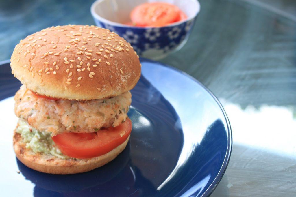 Zalmburger met avocado en tomaat recept Weber Barbecue Foodblog Foodinista