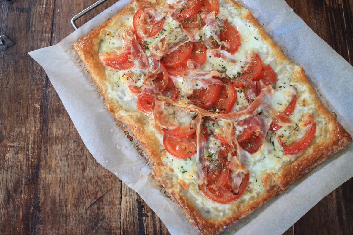 Plaattaart met mozzarella, tomaat en pancetta recept van Foodblog Foodinista