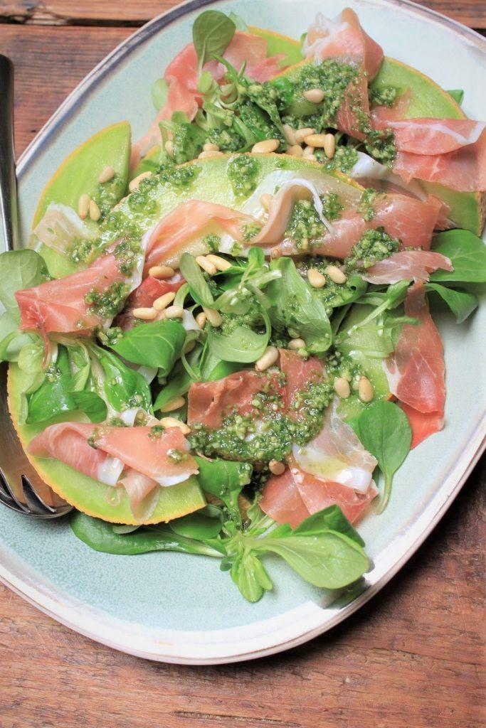 Saladerecept van Foodblog Foodinista Meloen met ham en pestodressing