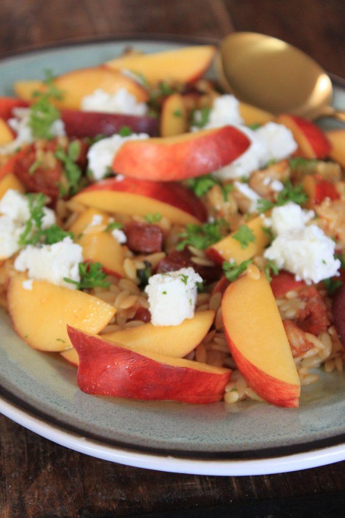 Orzo recept met chorizo, geitenkaas en perzik receptblog Foodinista