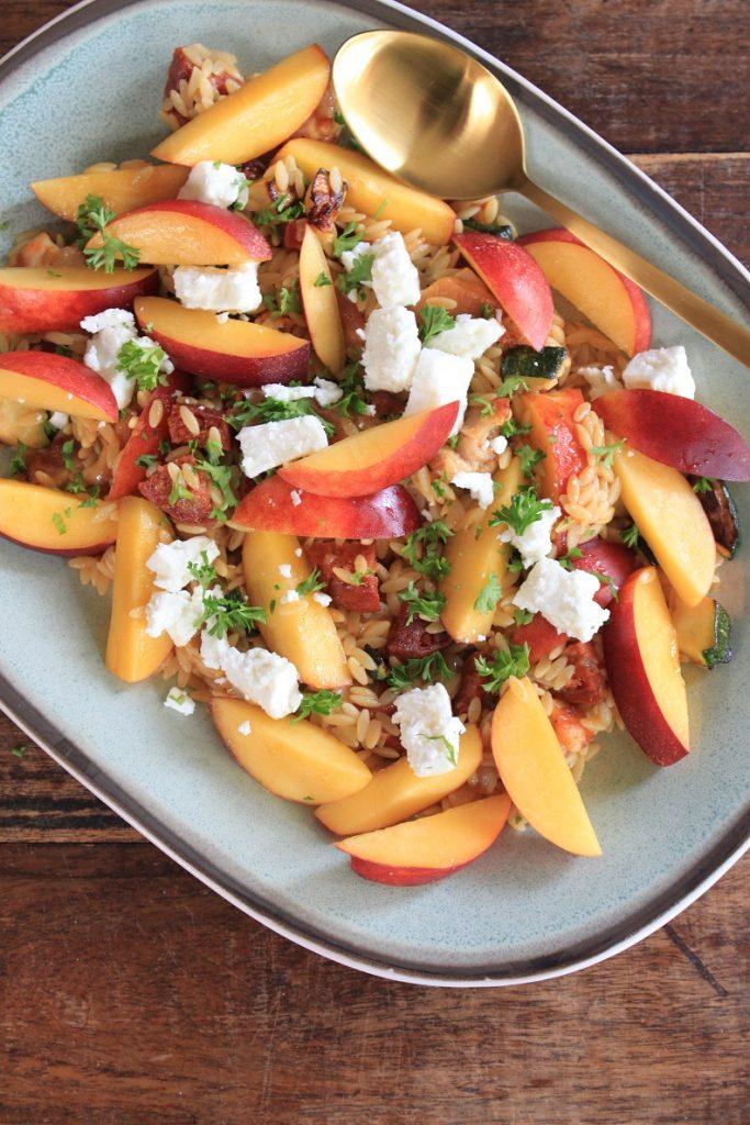 Orzo recept met perzik, chorizo en geitenkaas van Foodblog Foodinista
