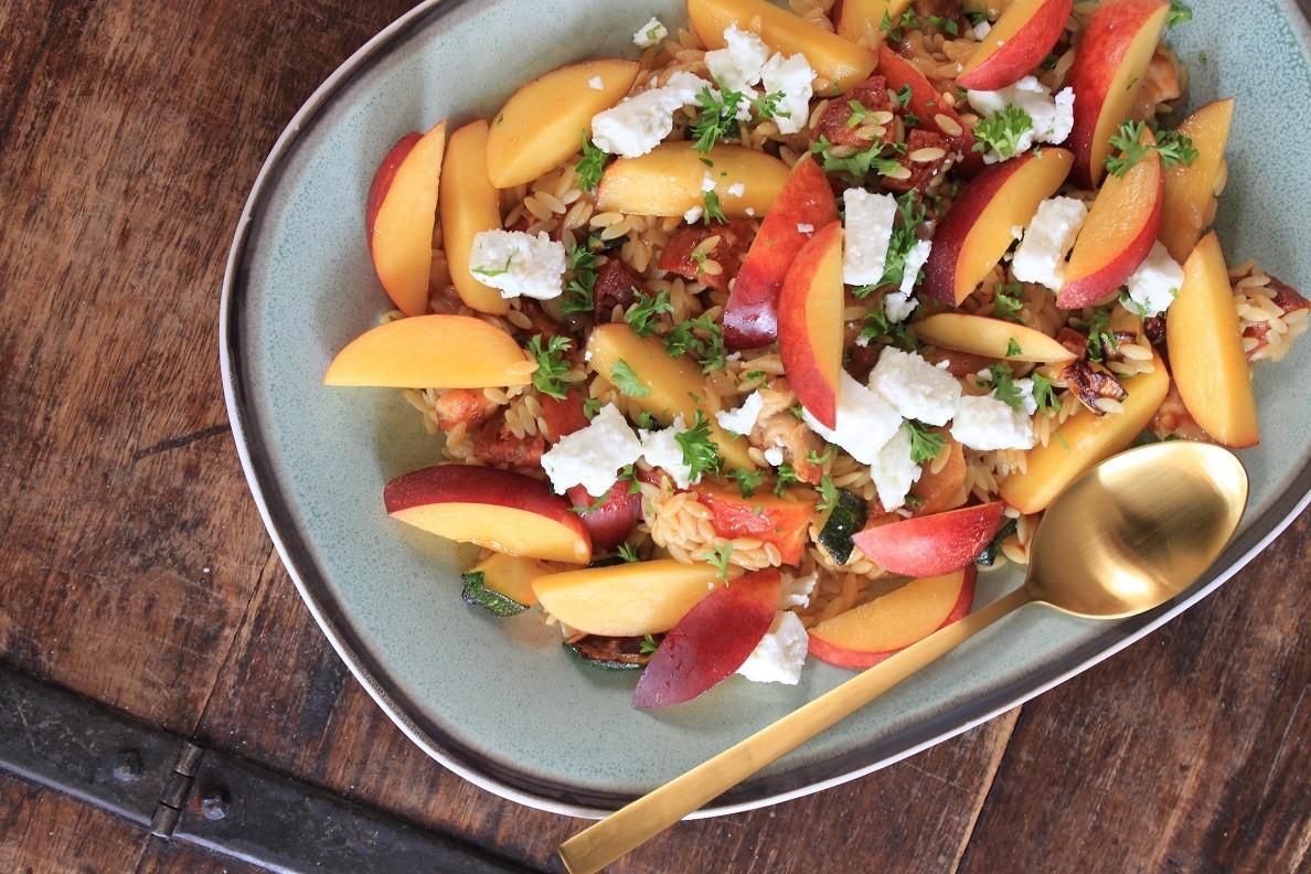 Orzo salade met perzik, chorizo en geitenkaas recept van Foodblog Foodinista