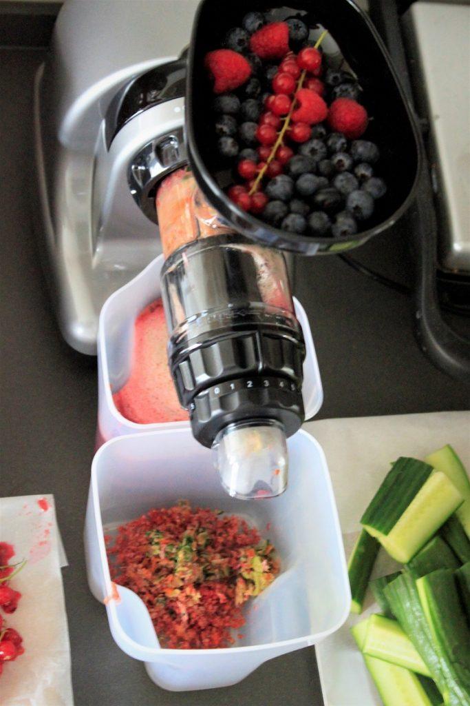 Bereiden vitamine boost in de slowjuicer van Byzoo foodblog Foodinista