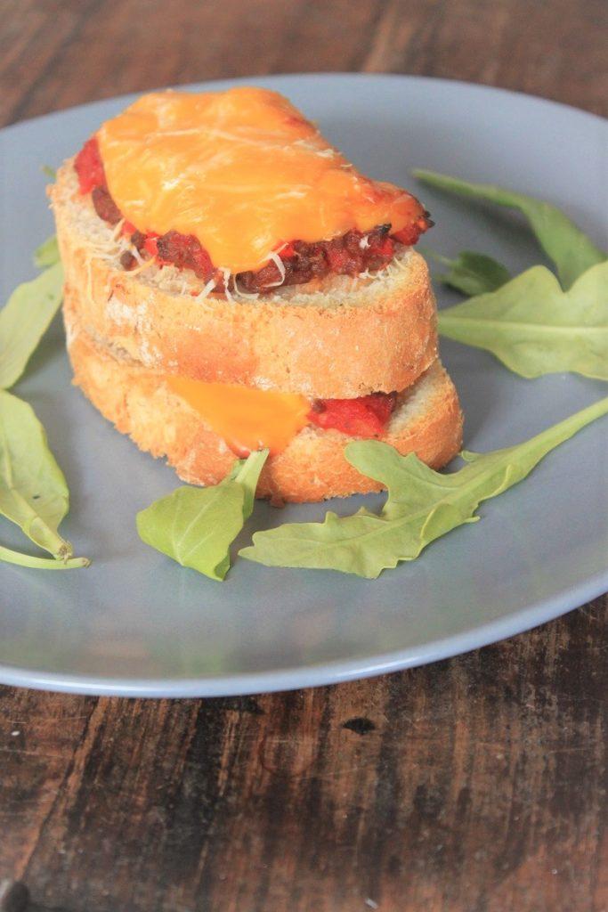 Pittige tosti met pittig gehakt recept van Foodblog Foodinista