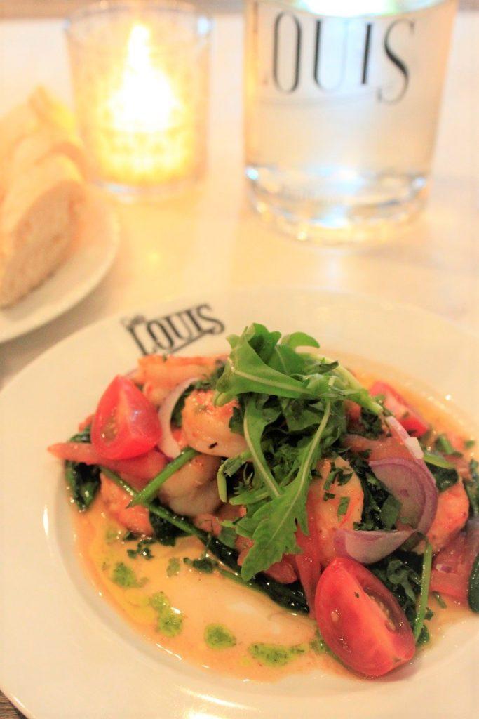Voorgerecht salade met gewokte garnalen bij Cafe Louis in Maastricht Foodblog Foodinista restaurant tips