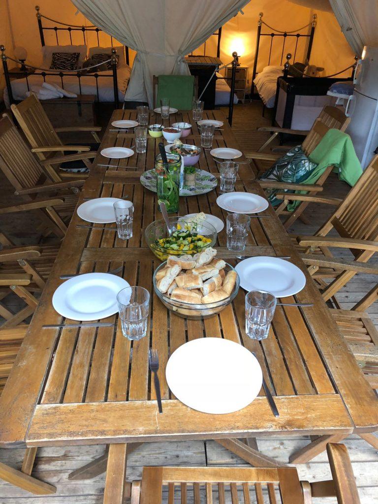 Barbecue staat klaar in de tent van Eurocamp