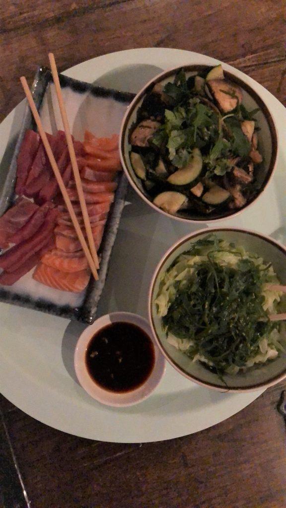 Sushi night nieuwe stijl sashimi, zeewiersalade en gewokte groente NewFysicProof Foodblog Foodinista