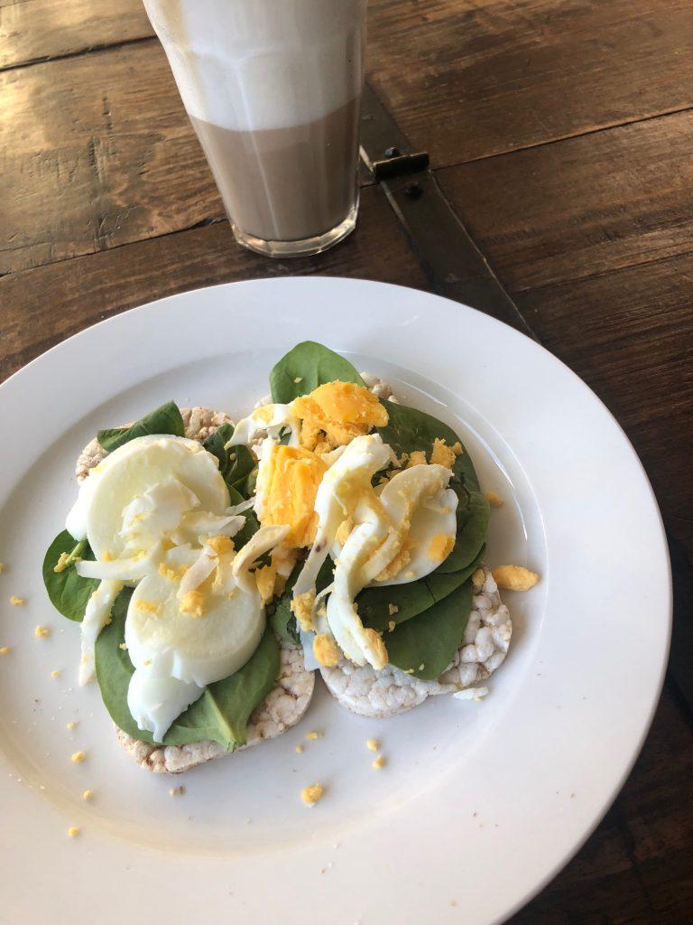 Ontbijt NewFysic proof Latte met magere melk en rijstwafels met spinazie en eitje Foodblog Foodinista