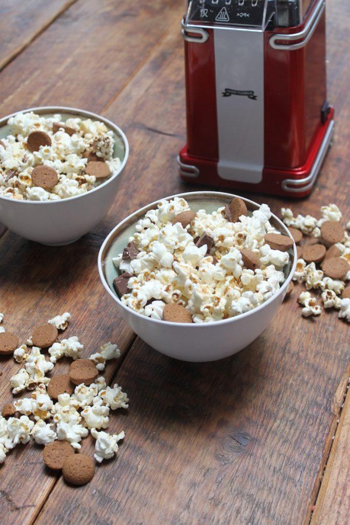 Sinterklaas popcorn met kruidnootjes en chocolade recept Foodblog Foodinista