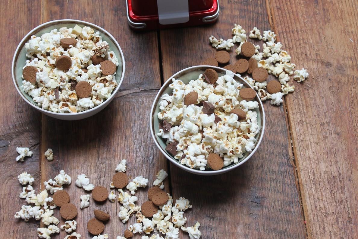 Sinterklaaspopcorn met kruidnootjes en chocolade recept Foodblog Foodinista
