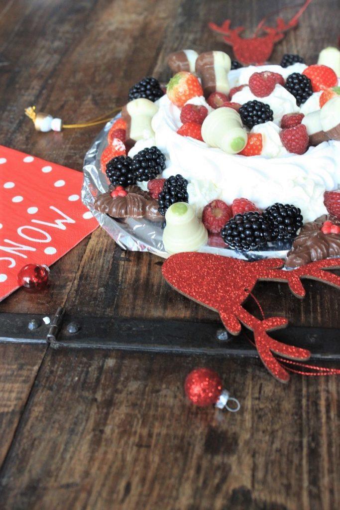 Delicieux Dessert van Lidl Pavlova met aardbeien frambozen en chocolade recept van Foodblog Foodinista