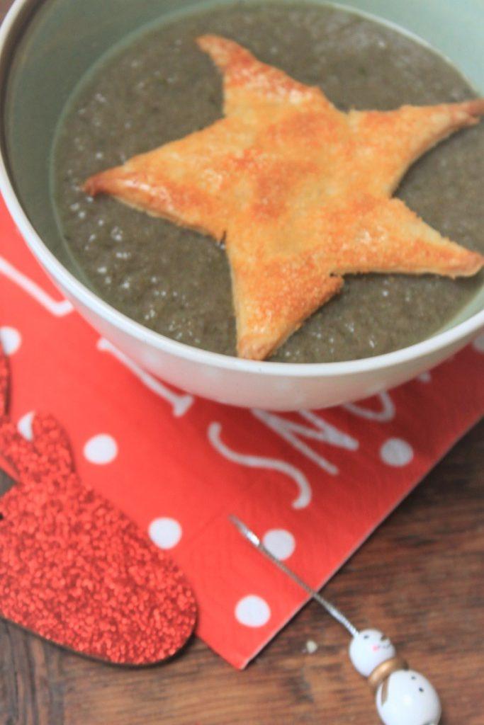 Bospaddenstoelensoep met bladerdeegster budget kerstmenu recept van Foodblog Foodinista
