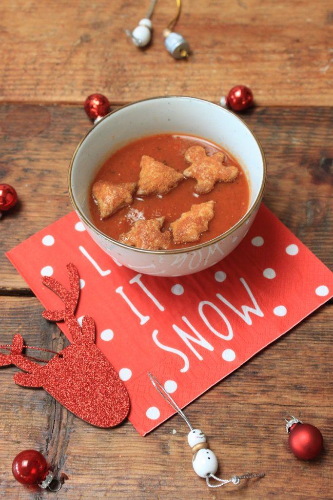 Kerstdiner voor kinderen Tomatensoep met bladerdeeg kerstfiguurtjes recept van Foodblog Foodinista
