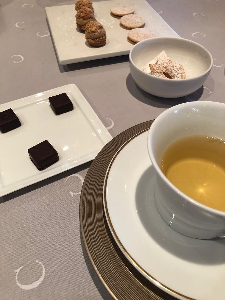 Franse koekjes en huisgemaakte winter chocolade bij de koffie en thee Le Chabichou Restaurant tips in Savoie Courchevel Foodblog Foodinista