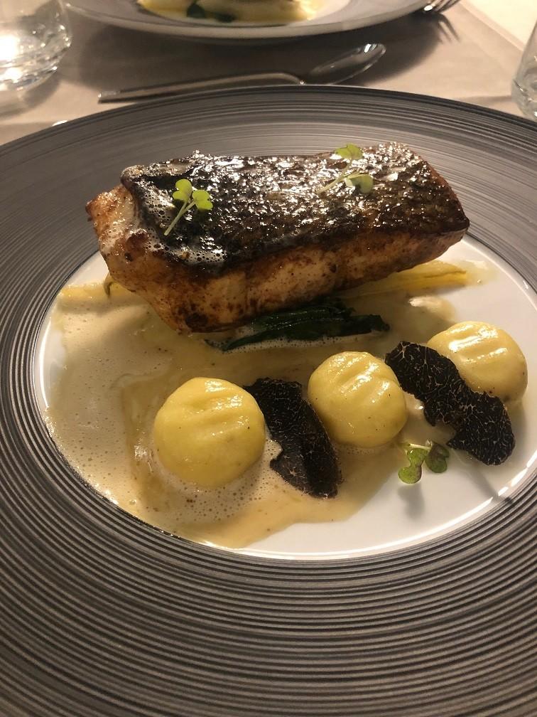 Op de huid gebakken zalm met gnocchi en truffel Hoofdgerecht bij Golf Hotel in Brides les Bains Savoie Frankrijk Foodblog Foodinista Wintersport in Frankrijk