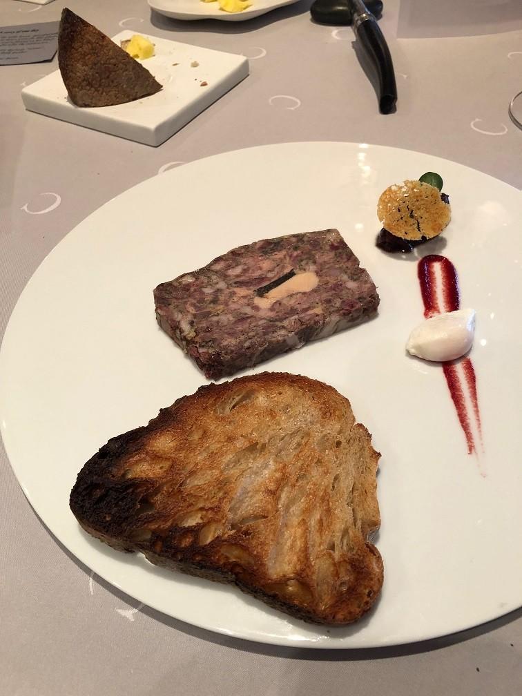 Paté met fois gepocheerd kwartelei en broiche met cranberry gelei bij Le Chabichou wintermenu restaurant tips in Frankrijk Foodblog Foodinista